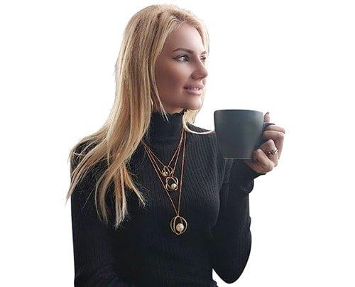 Το γυναικείο χειροποίητο μακρύ κολιέ με πέρλες – 2983 αποτελείται από πέρλες και ορείχαλκο. Ιδανικό δώρο για γυναίκες που αγαπούν να κάνουν layering με τα κολιέ.